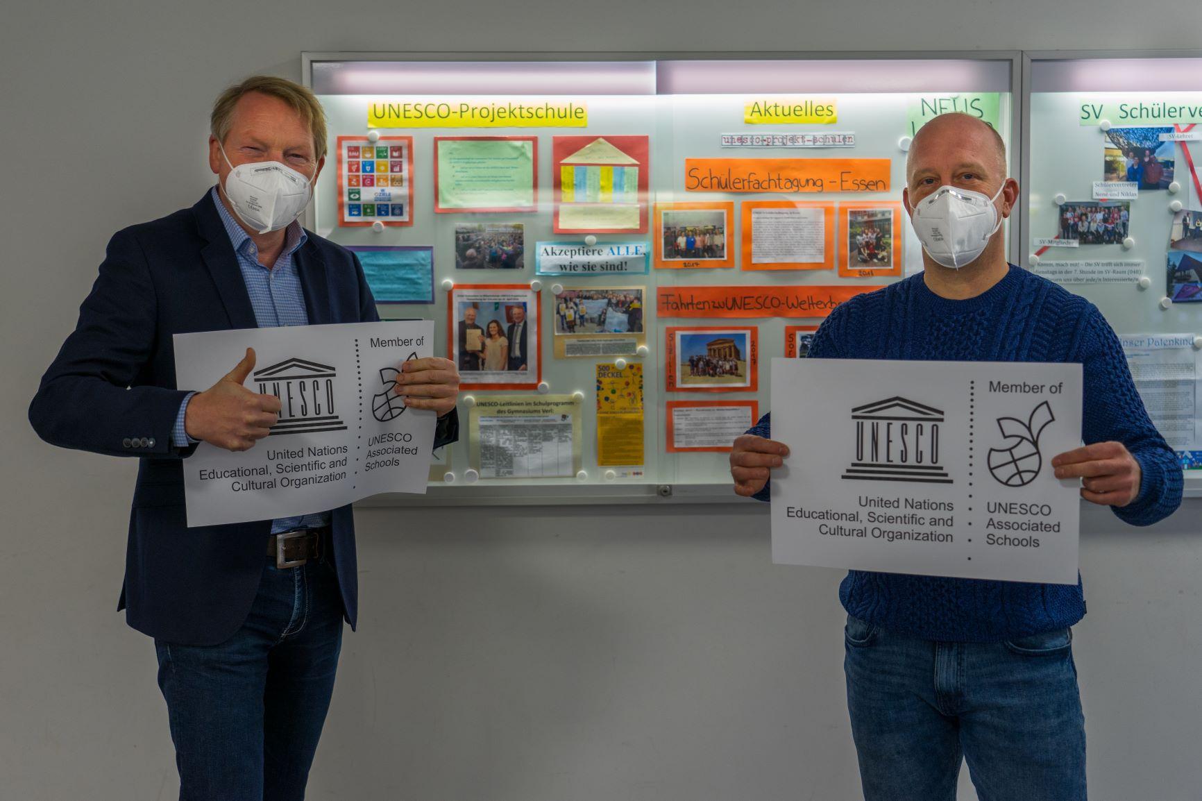 Schulleiter Matthias Hermeler und UNESCO-Koordinator Carsten Krüger freuen sich über die hohe Auszeichnung.